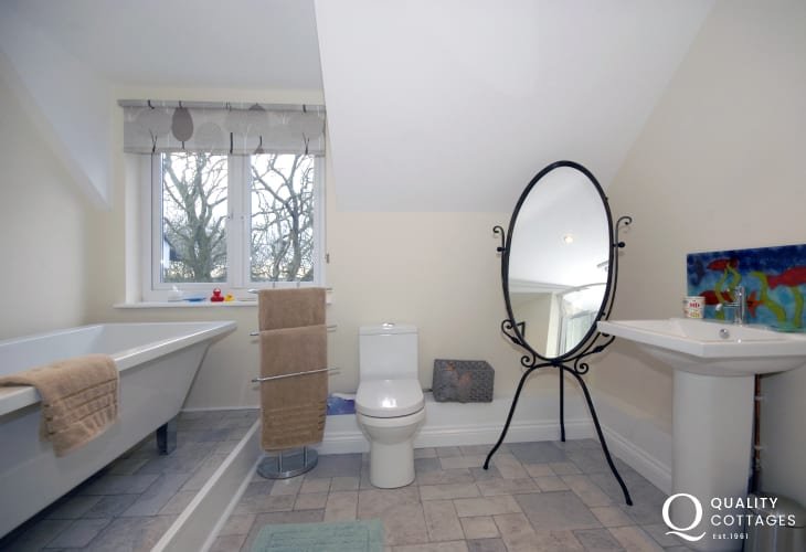 North Pembrokeshire holiday house - family bathroom with corner shower