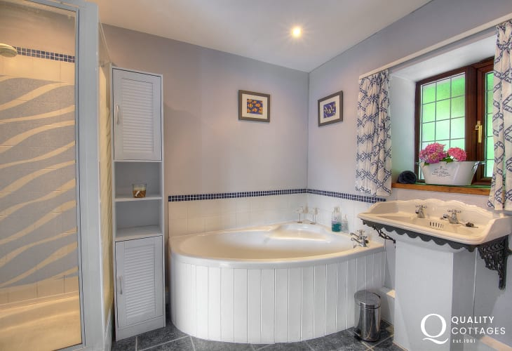 Nefyn holiday cottage - bathroom