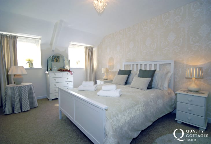Pembroke holiday Cottage sleeps 2 - king size bedroom