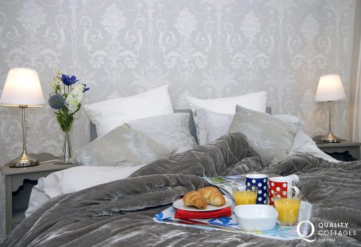 Pembroke holiday cottage for 2 - king size bedroom