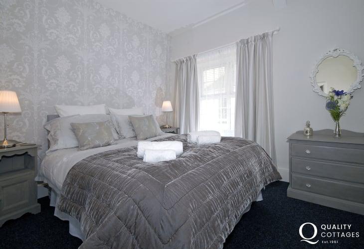 Pembroke town holiday cottage sleeps 2 - king size bedroom