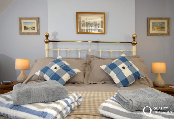St Davids cosy holiday cottage - master bedroom