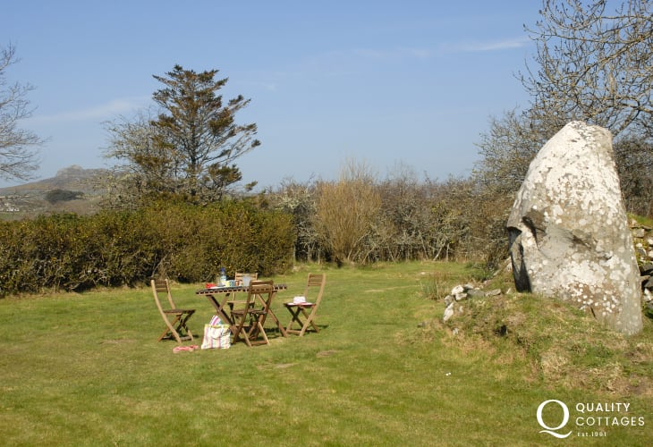 Dowrog Common holiday cottage with garden and 'Standing Stone'