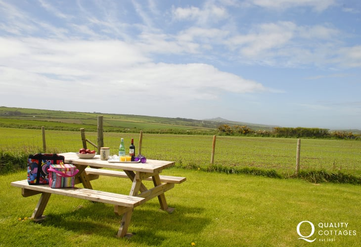 Pet friendly holiday cottage near Abereiddy, Pembrokeshire, with gardens, coastal views and picnic area for al fresco dining