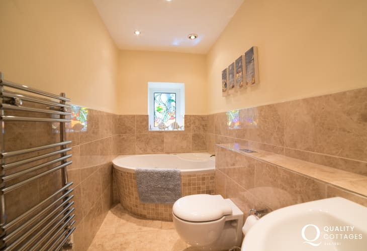 Luxury cottage with sea view wales - ground floor bathroom