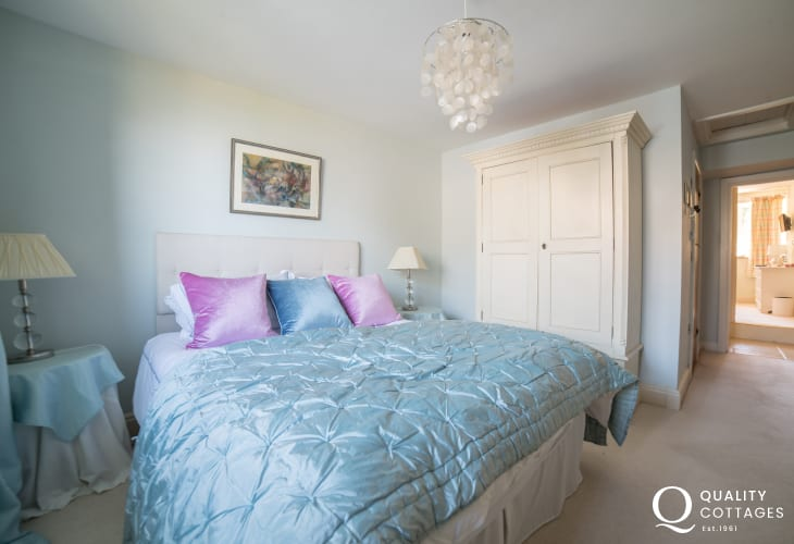 Cottage by the sea Wales - double ensuite bedroom