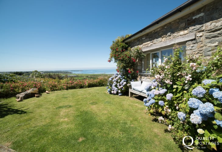Llyn peninsula holiday cottage with hot tub - garden
