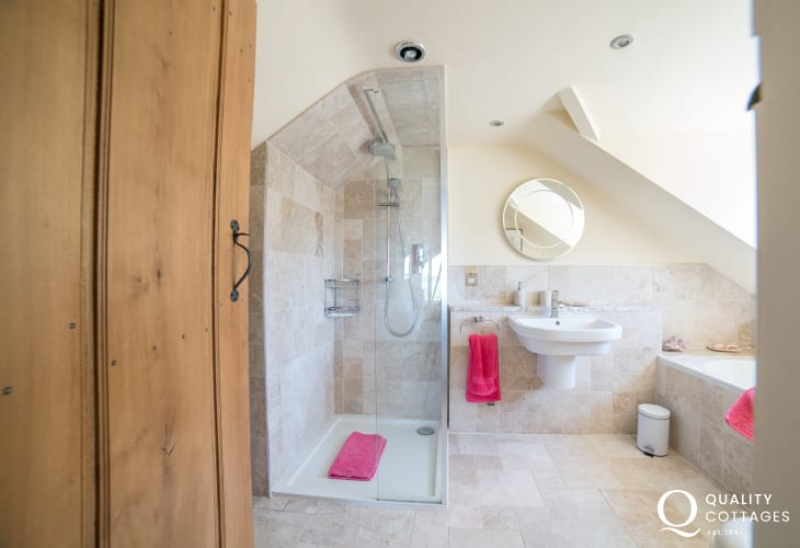 Luxury cottage with sea view wales - 1st floor bathroom