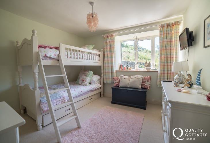 Cottage by the sea Wales - bunk bedroom