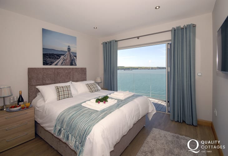 South Pembrokeshire holiday apartment � King size master bedroom with t.v. and river views