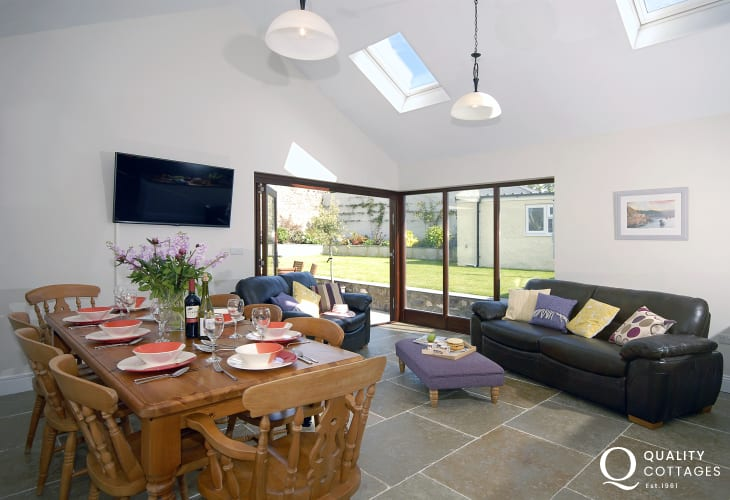 St Davids city spacious holiday cottage - open plan dining sitting area