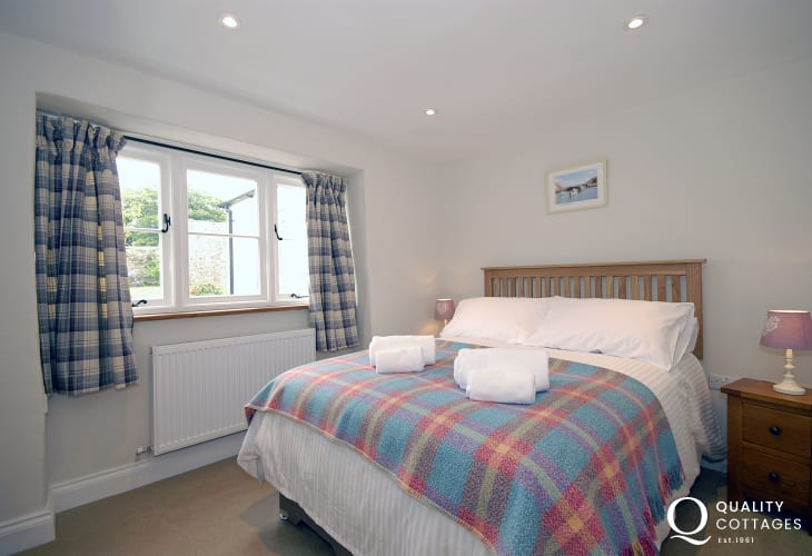 Pembrokeshire cottage sleeping 8 - ground floor double