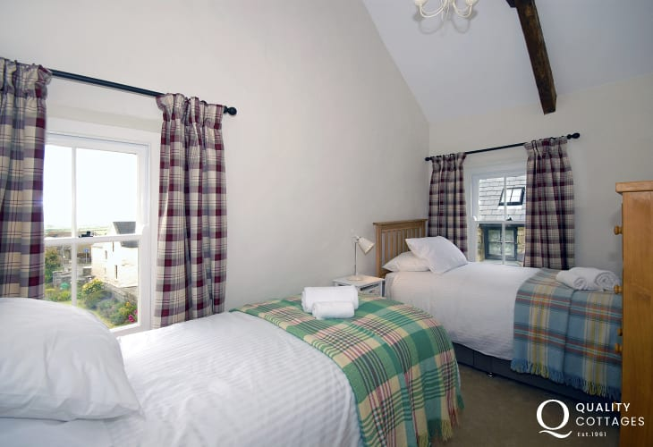 St Davids renovated holiday cottage sleeps 8 - twin