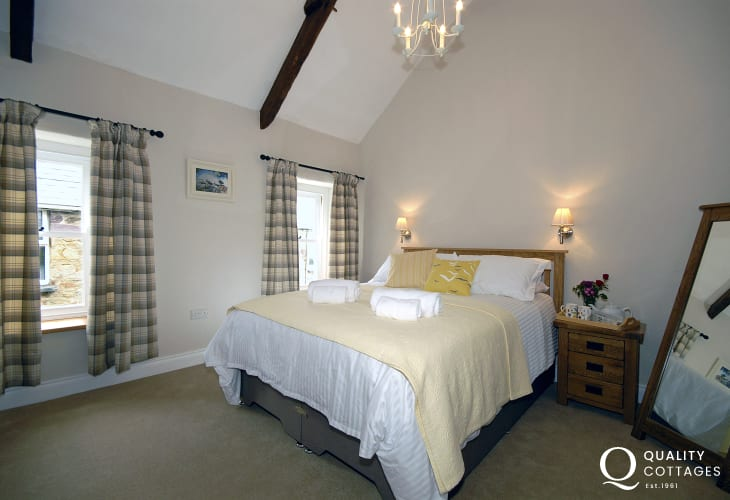 St Davids holiday cottage - king size master