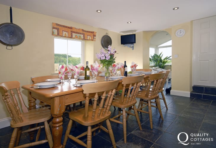 Porthgain spacious family holiday house - dining area