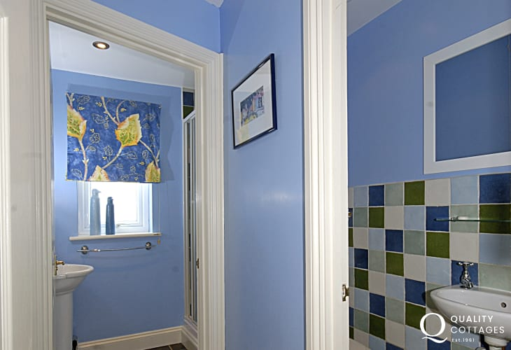 Porthgain holiday house - ground floor cloakroom with separate shower