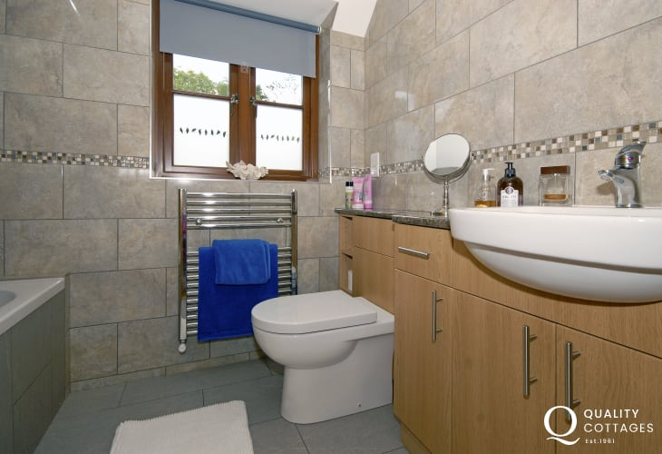 Pembrokeshire holiday cottage - first floor family bathroom