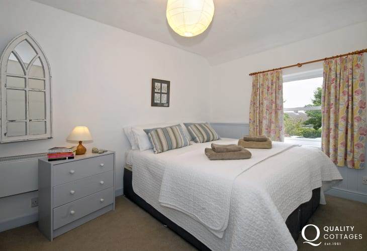 Solva holiday cottage - king size bedroom
