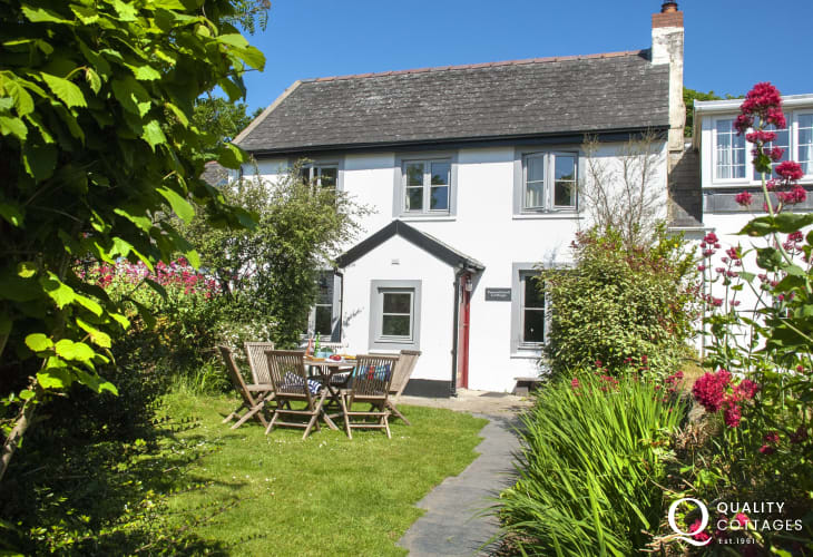 North Pembrokeshire restored holiday cottage with enclosed garden - pets welcome