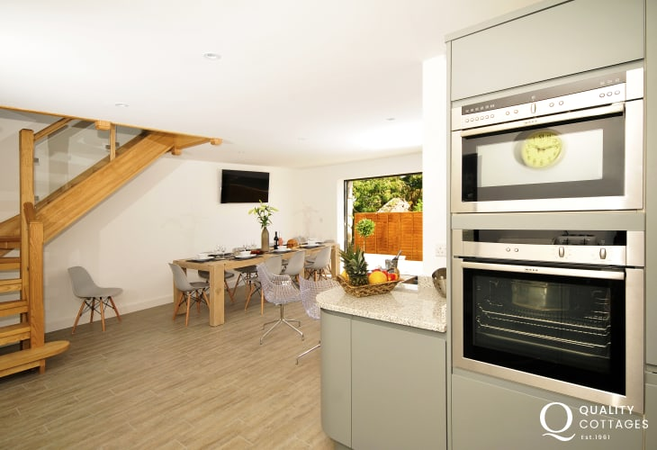 Malltraeth holiday cottages - kitchen