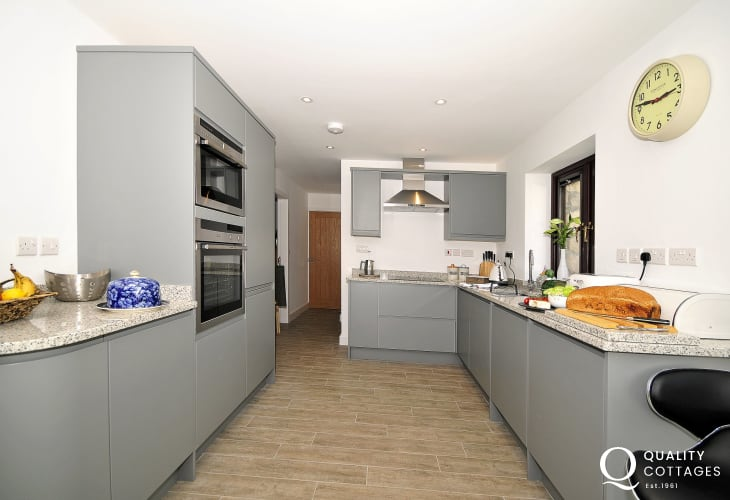 Malltraeth holiday cottage - kitchen