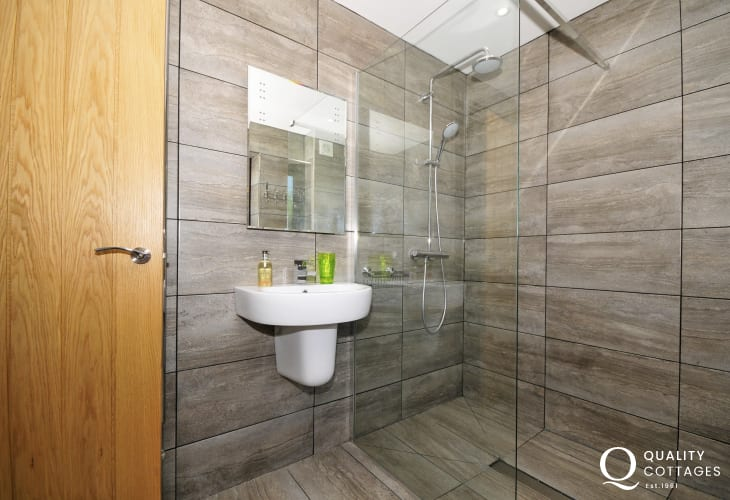 Anglesey holiday cottage - bathroom