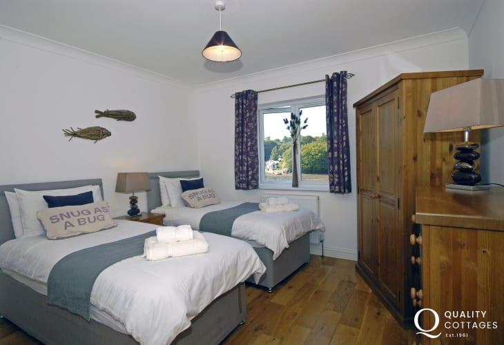 Luxury Pembrokeshire water side home sleeps 6 – en-suite twin bedroom