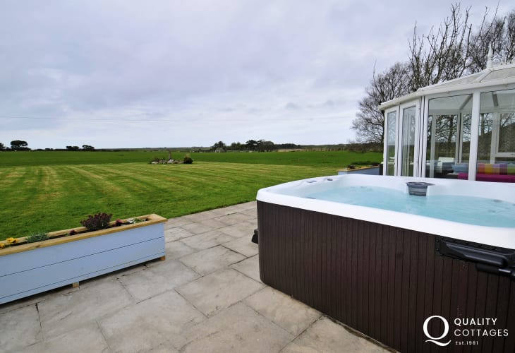 North Wales pet friendly holiday house - hot tub