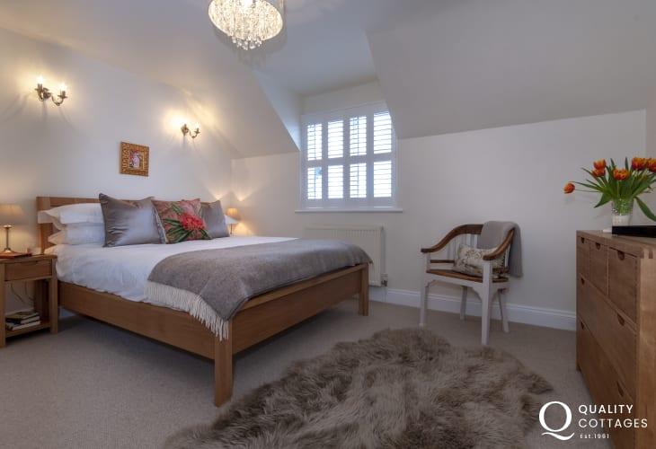 Bosherston holiday cottage - master kingsize en-suite bedroom