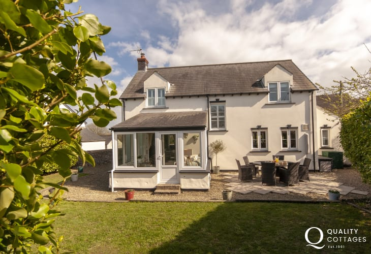 Bosherston Lilly Ponds holiday cottage with enclosed rear garden and patio