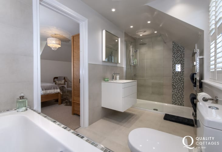 Pembrokeshire holiday home - luxury master en-suite with bath and large walk-in shower