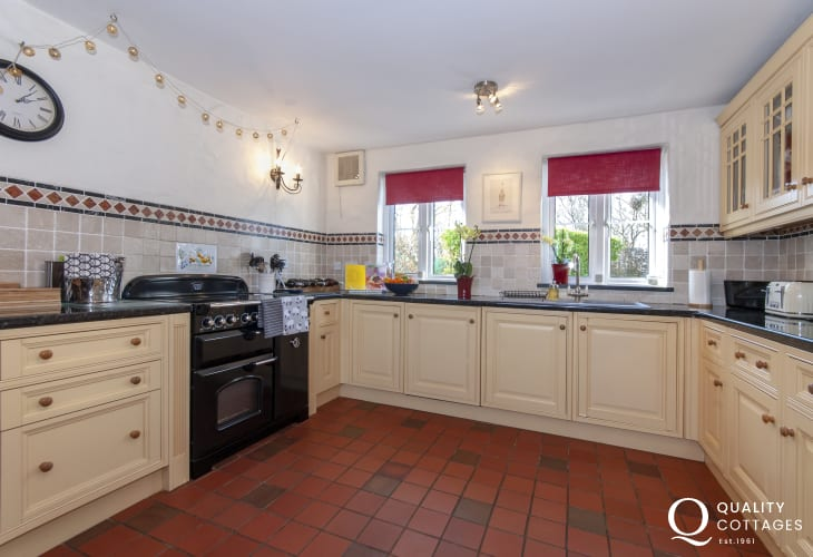 Self catering Bosherston  - spacious country style kitchen with Range cooker