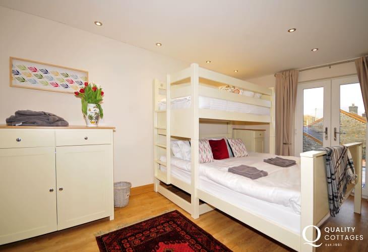 Wheelchair friendly bedroom - bedroom