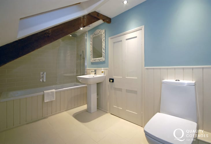 Pembrokeshire holiday farmhouse - 2nd floor double en-suite bathroom