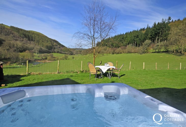 Holiday cottage with hot tub - hot tub