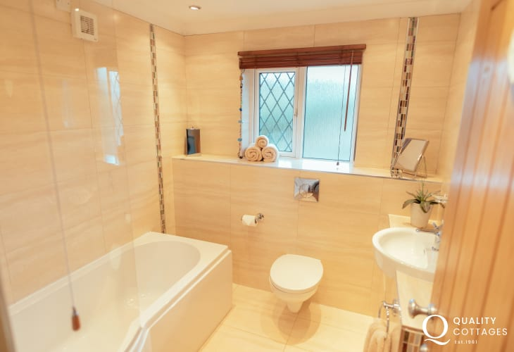 Reynoldston holiday apartment with coastal views - bathroom