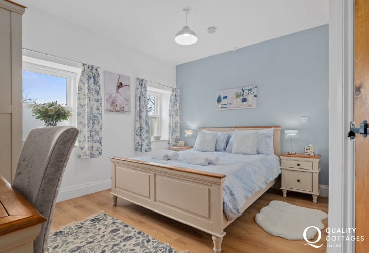Master king-size bedroom with dressing table