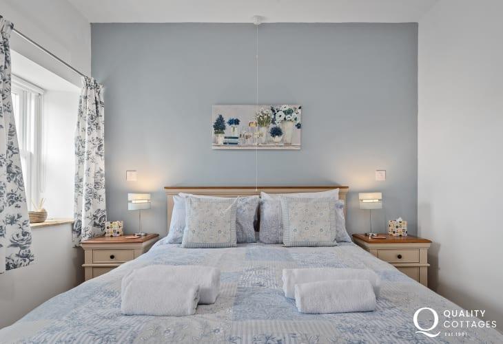 Master king-size bedroom