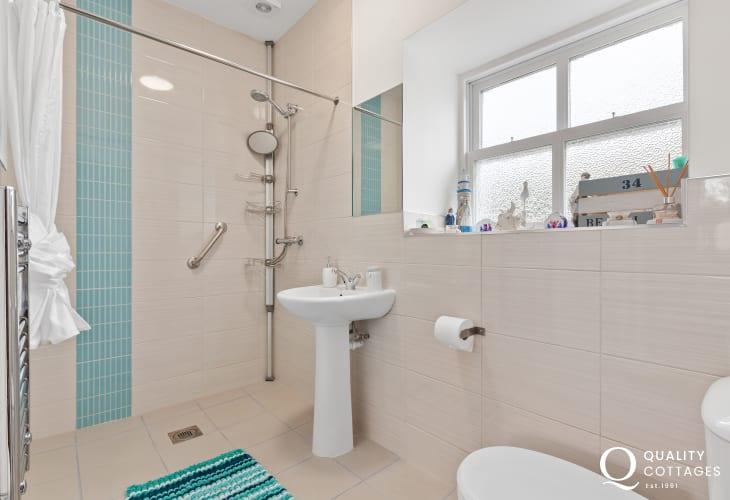 En-suite wet room to master bedroom