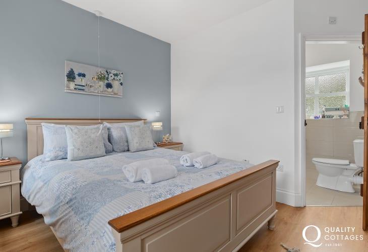 Master king-size bedroom with en-suite