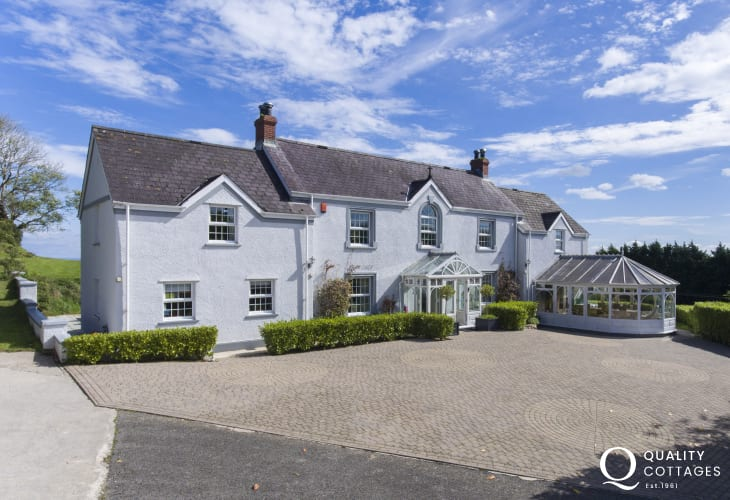 Luxury holiday cottage to rent near Tenby for large families with spacious driveway for parking