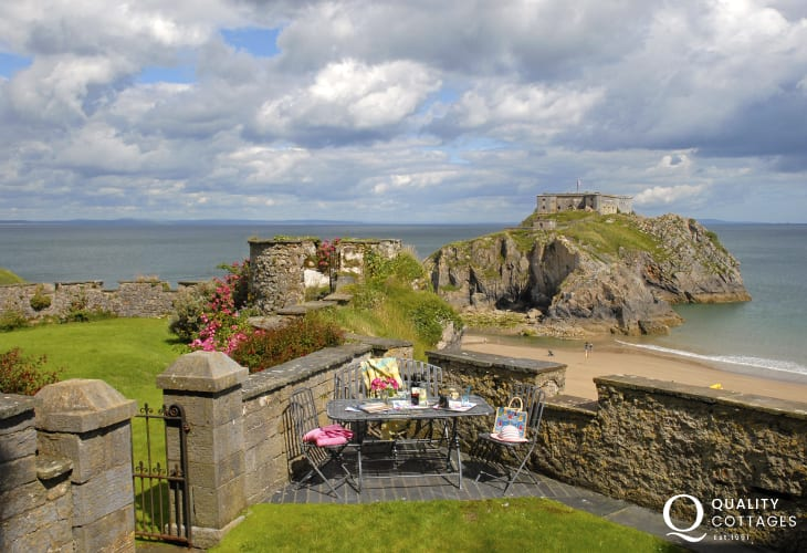Lexton Terrace Tenby holiday home overlooking the Castle Beach and St Catherines Island - garden view