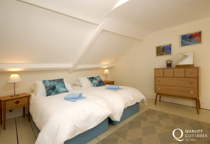 Tenby town centre large holiday home - 3rd floor zip and link twin room with en suite bathroom