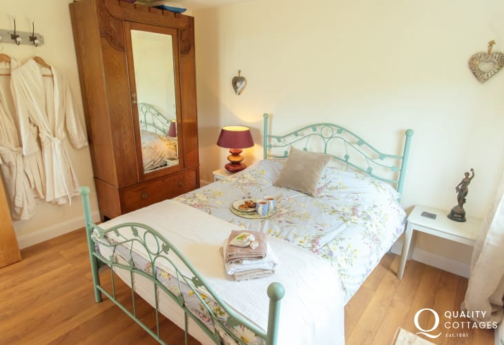 Usk Valley holiday cottage - bedroom