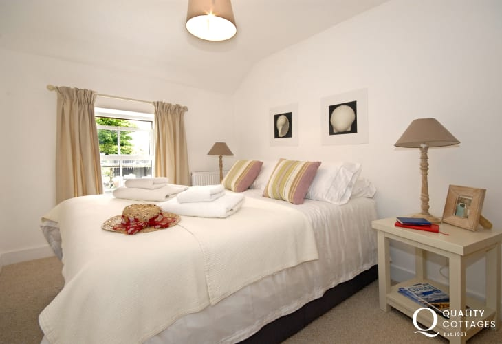 Pembrokeshire coastal cottage sleeps 4 - double master bedroom