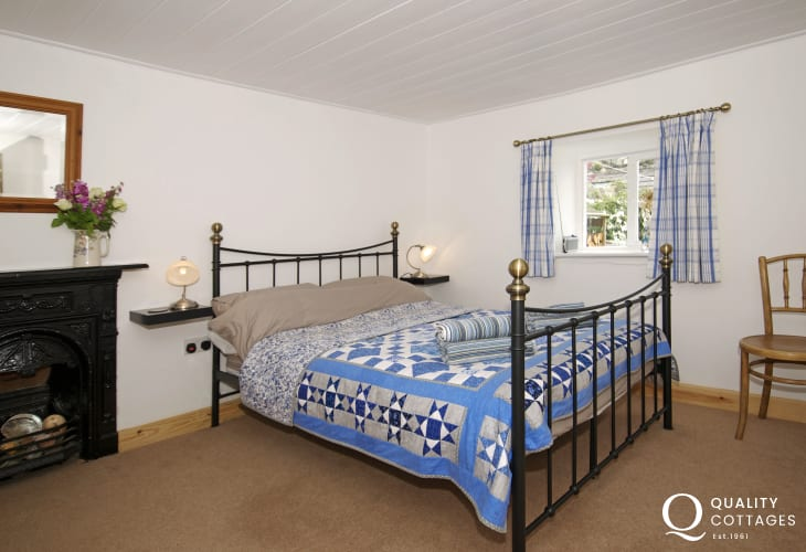 Dinas Dinlle holiday cottage - bedroom