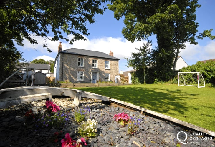 Pembrokeshire cottage with gardens - dogs welcome