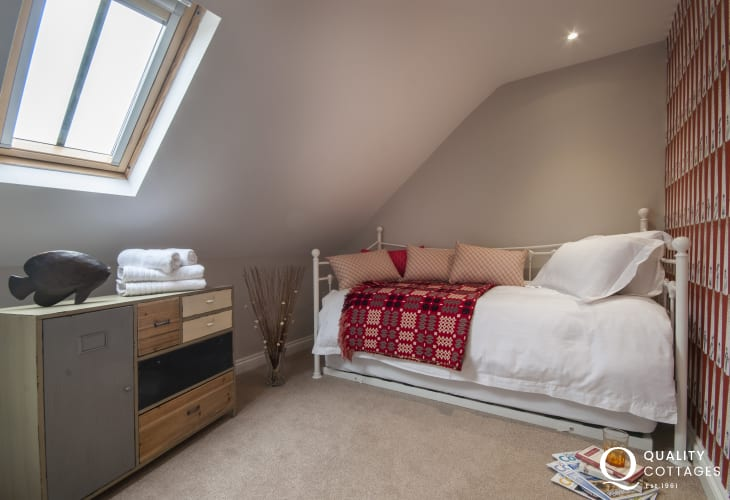St davids Pembrokeshire, flat sleeps 4 - twin with day bed and pull out bed