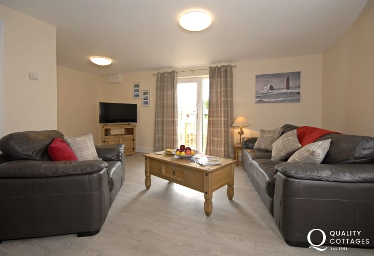 St Davids City center holiday apartment with spacious open plan living area - dogs welcome