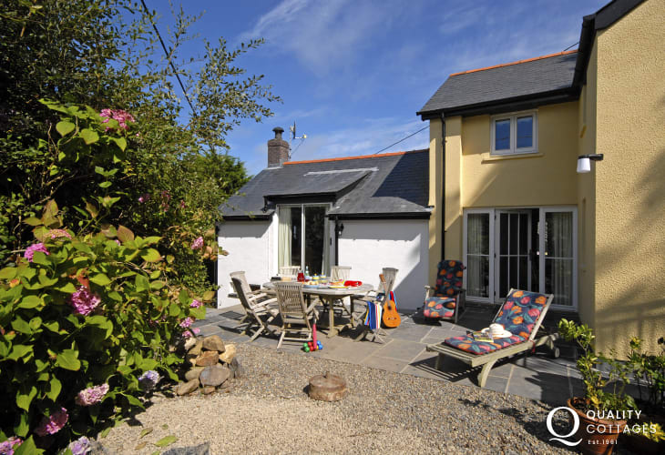 Parrog beach nearby holiday cottage - patio area with outdoor table and chairs